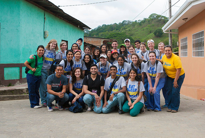Members of the UMKC School of Medicine chapter of the Medical Brigades pose outside a clinic in San Juan del Rio Coco, Nicaragua.